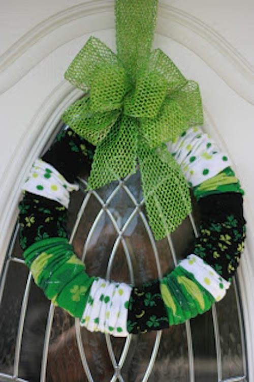 couronne de Noel avec des chaussettes vertes