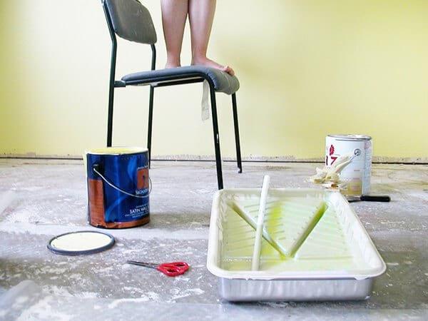 essuyer les gouttes de peinture avec chaussette