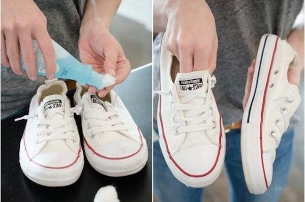 Le dissolvant fait disparaître les taches sur les baskets blanches