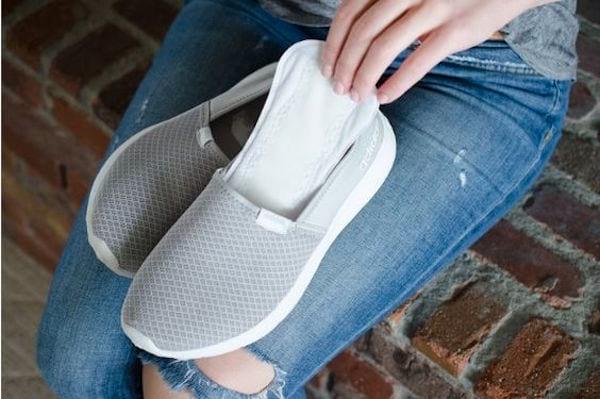Glisser un protège-slip dans les chaussures pour éviter de transpirer