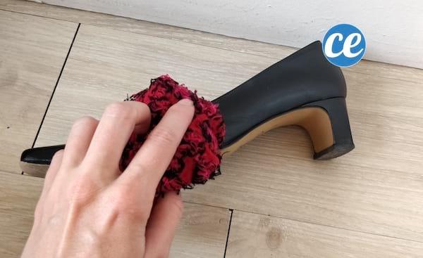 faire briller chaussures avec une chaussette