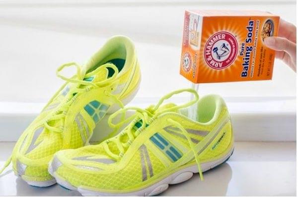 Le bicarbonate mis dans les chaussures absorbent les mauvaises odeurs