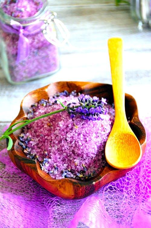 Des sels de bain relaxants à l'huile essentielle de lavande.