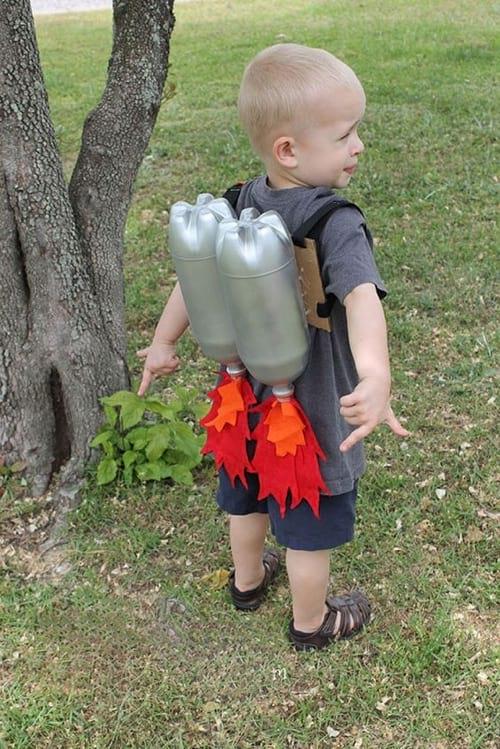 Enfants avec un déguisement recyclé en bouteilles