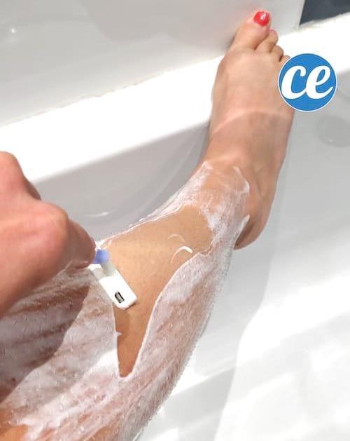 Jambe en train d'être rasée avec le gel à raser maison