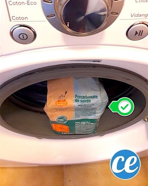 du percarbonate de soude posé sur une machine à laver pour blanchir le linge