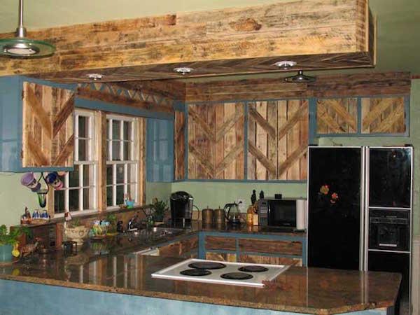 Une cuisine est faite avec des planches et des palettes.
