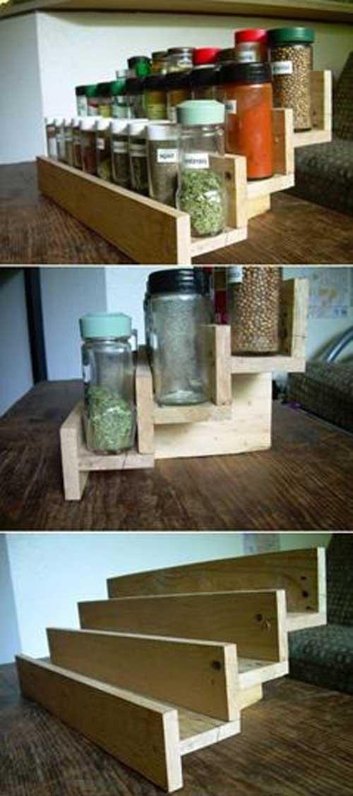 Une étagère à épices faite maison avec des planches de palettes.