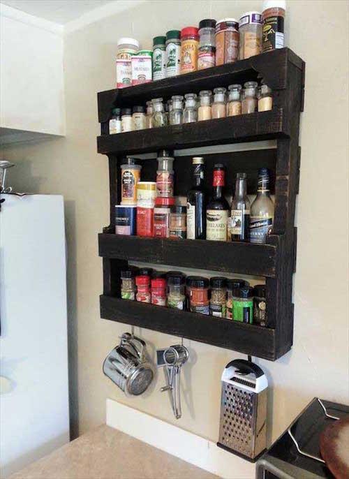Une palette peinte en noire pour ranger les épices dans la cuisine.