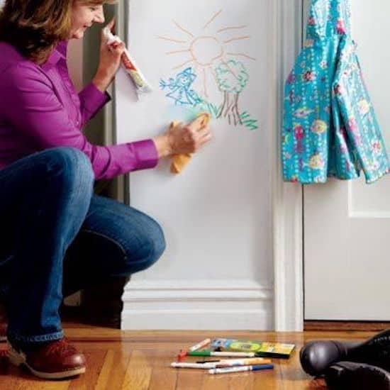 Nettoyer les marques de stylo et feutre sur les murs avec du dentifrice