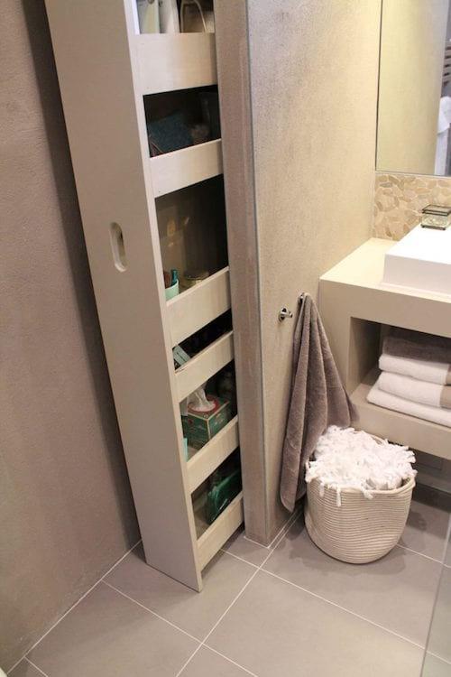 une étagère coulissante dans la salle de bain pour gagner de la place
