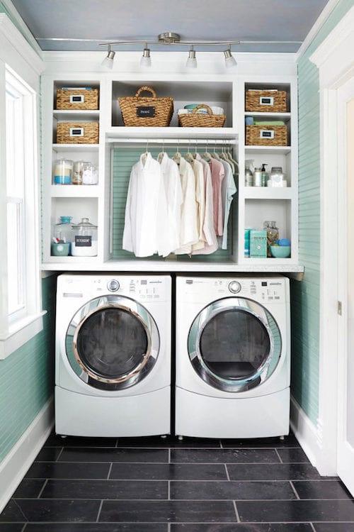 des étagères installées au-dessus de la machine à laver le linge