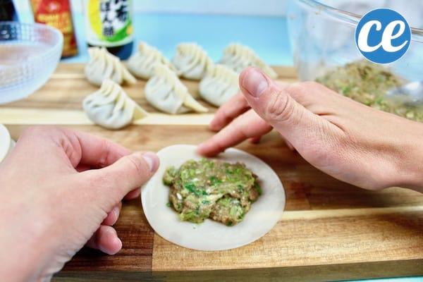 facile et rapide la d licieuse recette des gyozas les fameux raviolis japonais. Black Bedroom Furniture Sets. Home Design Ideas