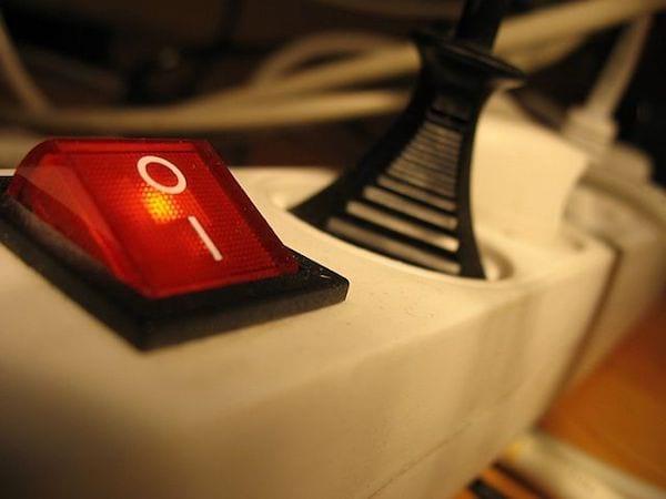 Une multiprise coupe-veille détecte les appareils en veille et les éteint automatiquement.