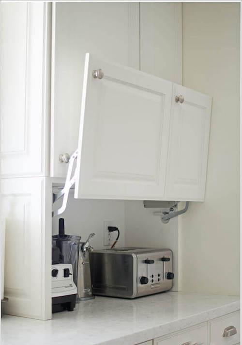 le petit électroménager est rangé dans un placard