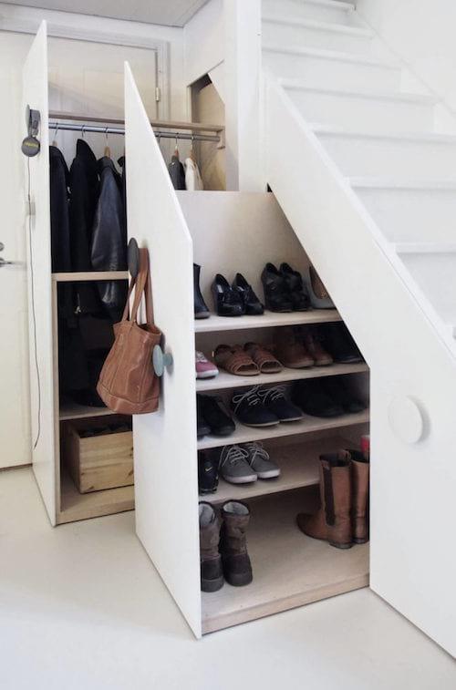 une penderie sous l'escalier pour ranger les manteaux et les chaussures