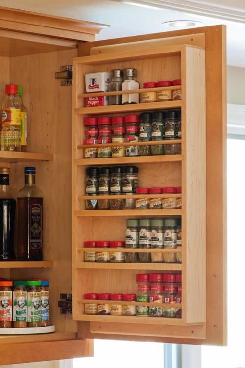 Une étagère à épices cachée derrière la porte du placard