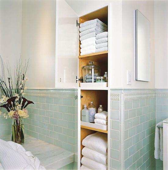 une étagère intégrée dans le mur de la salle de bain