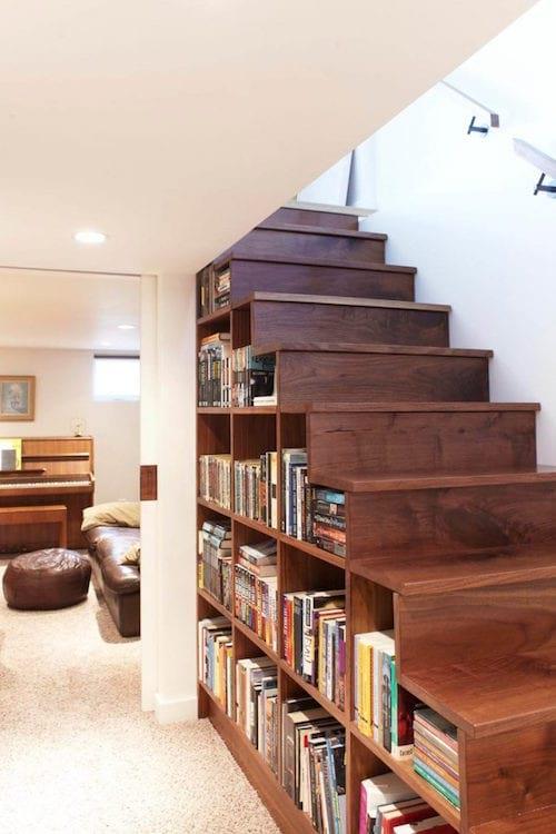 une bibliothèque installée sous un escalier