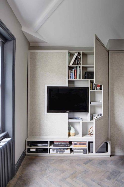 une télé insérée dans l'étagère du salon pour gagner de la place