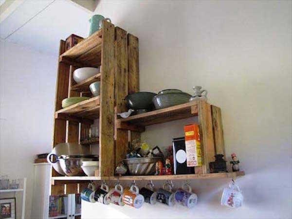 Des étagères faites avec des planches de palettes pour la cuisine
