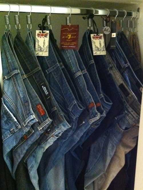 Accrocher vos jeans sur des rideaux de douches pour les rendre plus visibles.