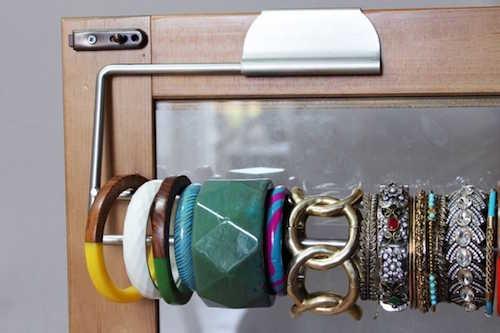 Vous pouvez ranger vos bracelets sur un support de rouleau de papier essuie-tout.
