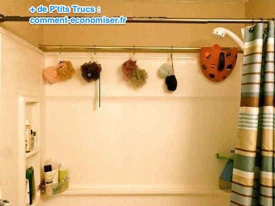 Vous pouvez accrocher une deuxième barre de rideau dans votre douche pour plus de rangement.