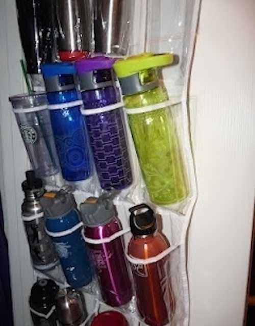Accrochez un porte-chaussures dans votre placard comme rangement pour les bouteilles.