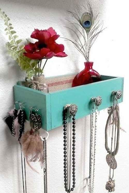 Au lieu de jeter vos vieux tiroirs, suspendez-les pour les transformer en étagères.