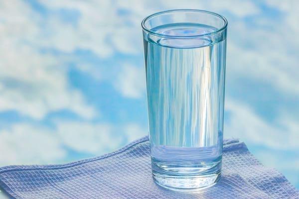 Un conseil FACILE pour améliorer votre santé : buvez un verre d'eau le matin.