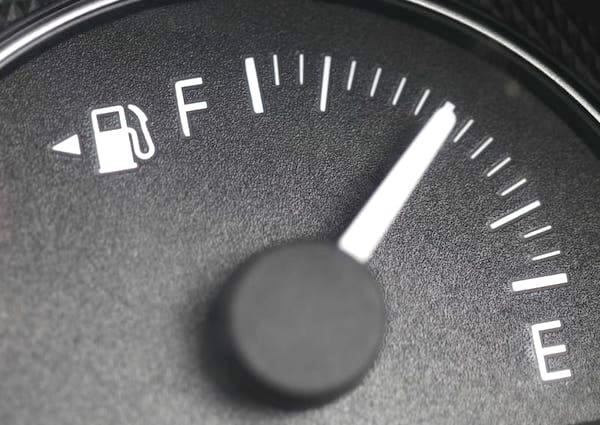 Saviez-vous que la flèche à côté du témoin d'essence a une utilisation secrète ?