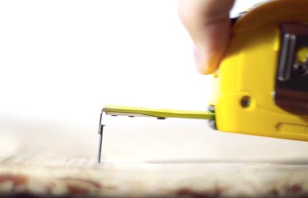 Saviez-vous que la trou dans la partie métallique de votre mètre-ruban a une utilisation secrète ?