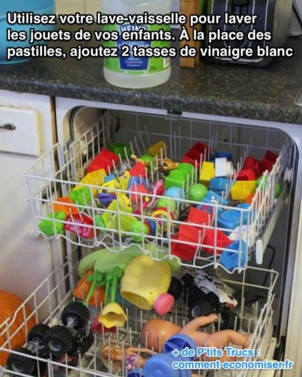 Les jouets sont placés dans le lave-vaisselle pour être lavés