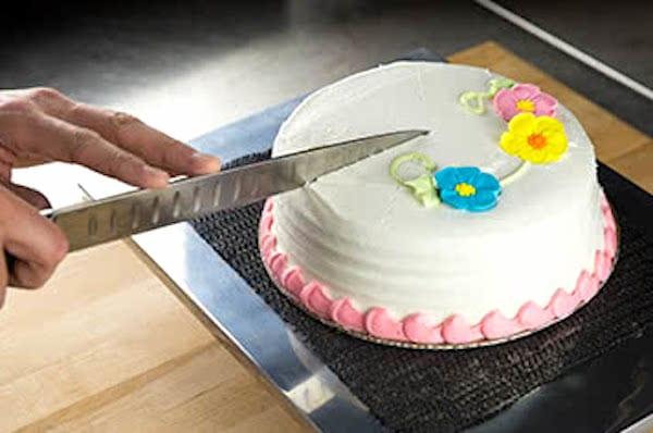 couper le gâteau avec un couteau chaud