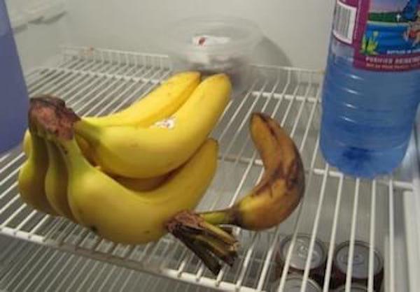 La banane doit être conservée à température ambiante à l'air libre.