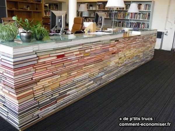 un bureau fait avec de vieux livres