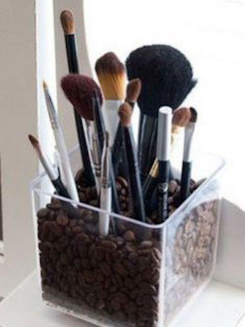 ranger ses pinceaux à maquillage dans un récipient avec des grains de café