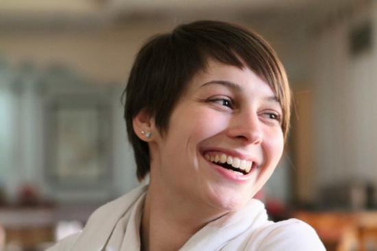 Jeune femme qui sourit avec des dents blanches