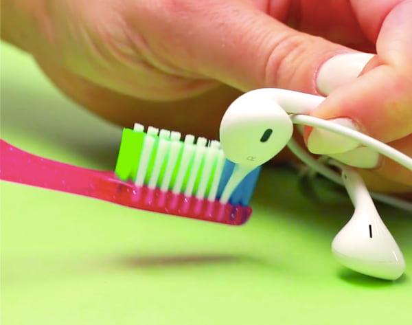 Frottez la grille métallique avec une vieille brosse à dents pour nettoyer les écouteurs sales rapidement.