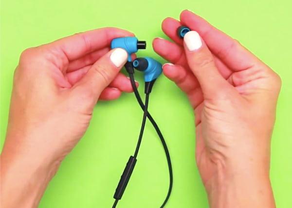 Enlevez les embouts en silicone pour nettoyer les écouteurs sales rapidement.
