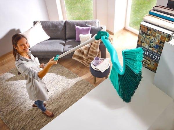 Utilisez une tête de loup à manche télescopique pour faire le ménage plus facilement.