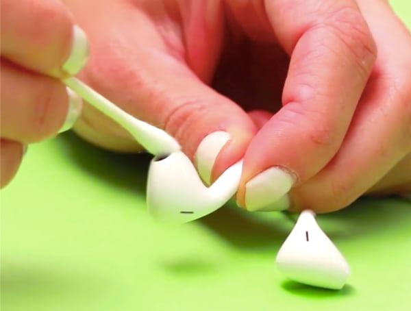 Utilisez un Coton-Tige imbibé d'alcool à 70º pour nettoyer les écouteurs sales rapidement.