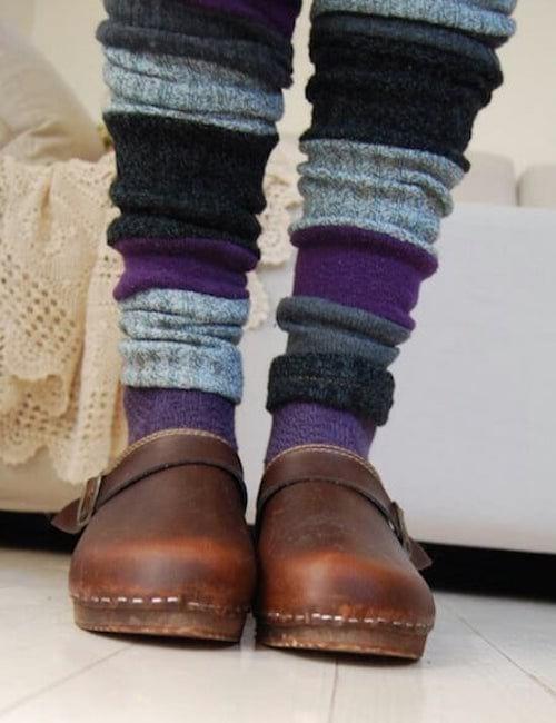 des jambières faites avec des veilles chaussettes orphelines et recyclées