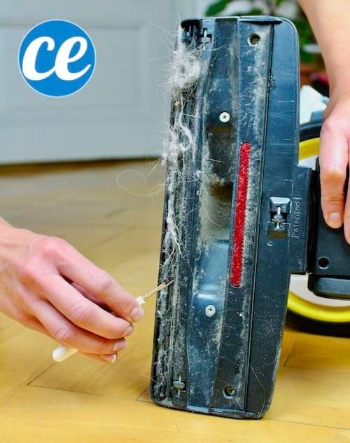 Un simple petit découseur est parfait pour enlever les saletés emmêlées sous la brosse de votre aspirateur.