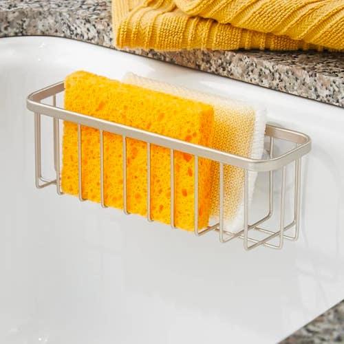 Ce petit panier à ventouse se fixe facilement dans l'évier. Bien pratique pour garder vos éponges propres plus longtemps.