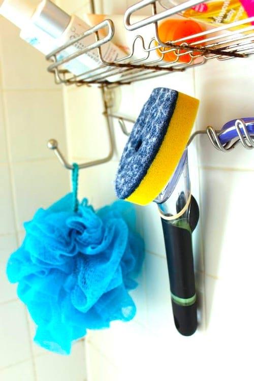 Gardez une éponge avec manche rechargeable dans votre douche pour faire nettoyage express.