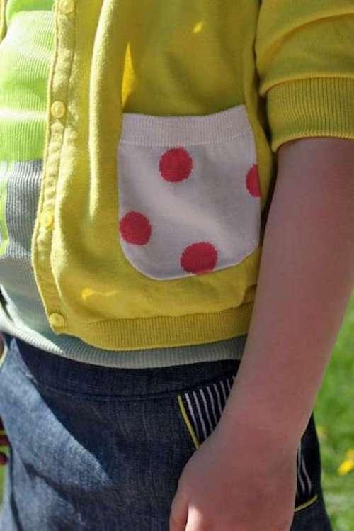 une poche transformée en chaussette et cousue sur un gilet