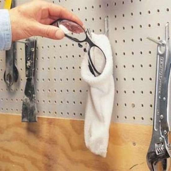 une chaussette transformée en rangement pour lunettes