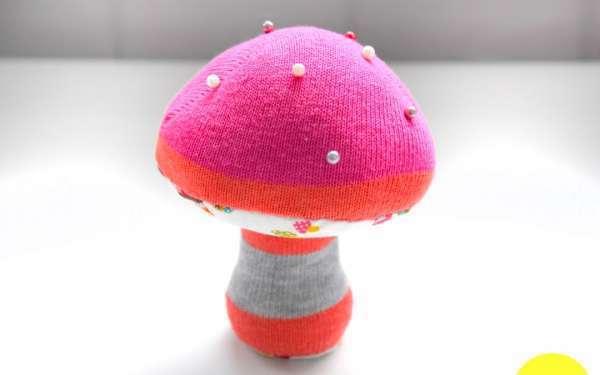 un coussin à épingles champignon fait avec une chaussette dépareillée